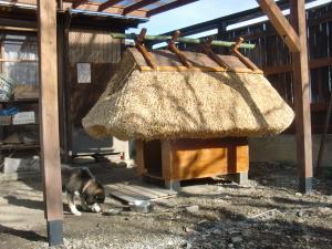 茅葺き屋根の犬小屋