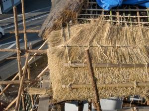 茅葺き屋根の敷き方