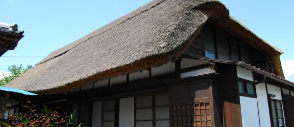 茅葺き屋根の家