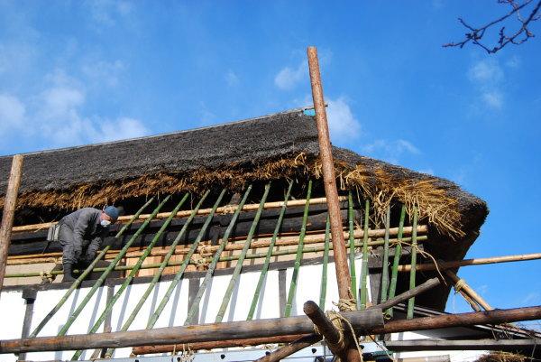 茅葺き屋根の下地作り