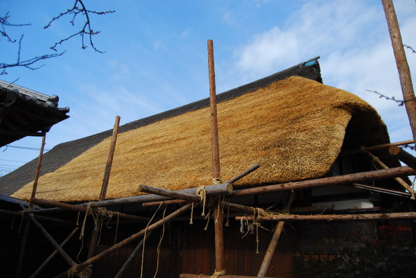 茅葺き屋根の仕上げ