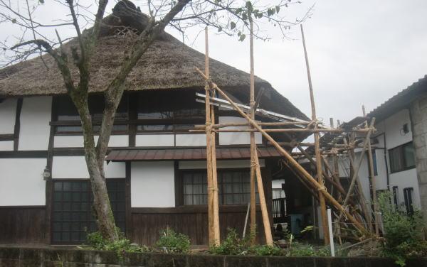 茅葺屋根の足場